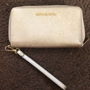 michael kors gold wallet, never been used 💘